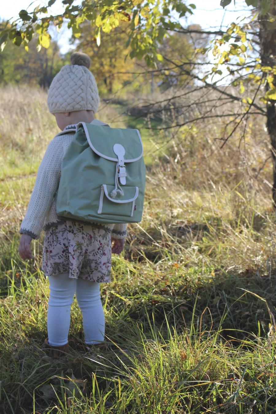 Både ryggsäck och rosenknopp. Som snällt stod ut med en liten fotosession.  Tills hon ledsnade och drog iväg haha. 1c521d35497af